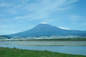 新幹線から臨む富士山